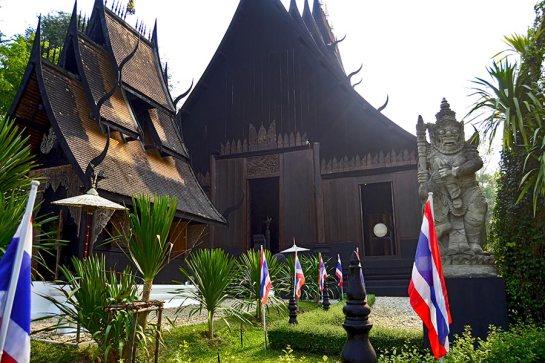 Fachada Casa Negra y estatua soldado Chiang Rai