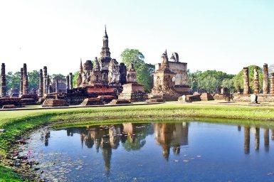 Reflejos agua templos Sukhothai Tailandia