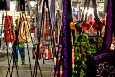 Bolsos colgando Night Market Chiang Rai