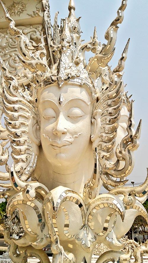 Rostro sonriente bigote decoración Templo Blanco Tailandia