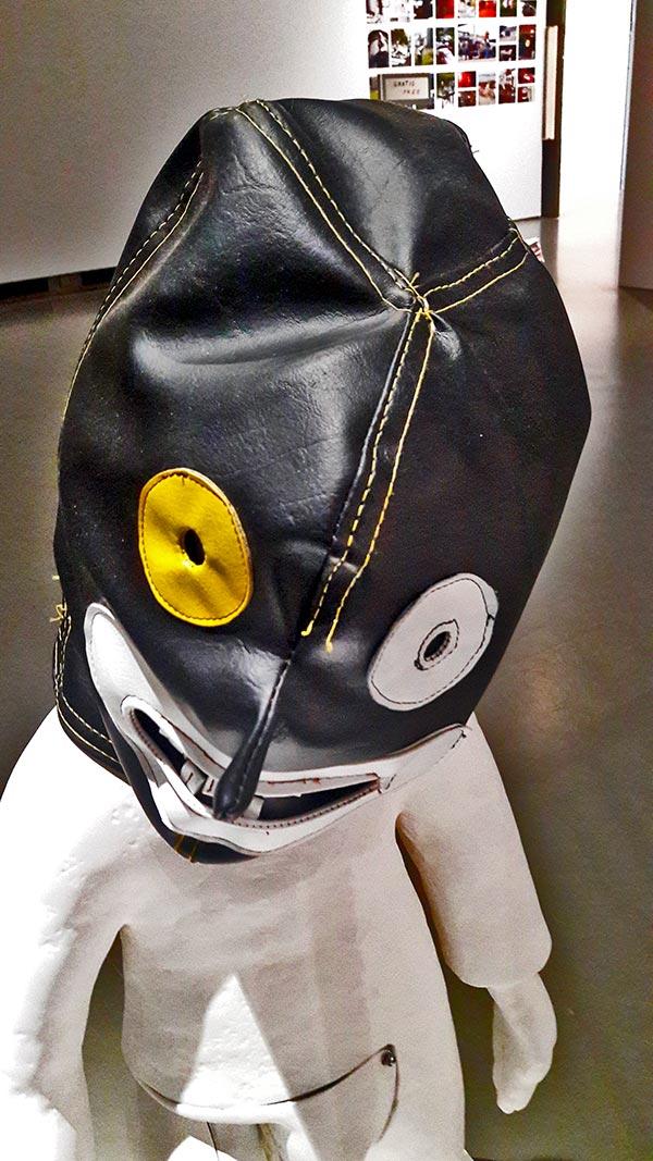 Escultura máscara negra exposición contemporánea Boijmans Van Beuningen Rotterdam
