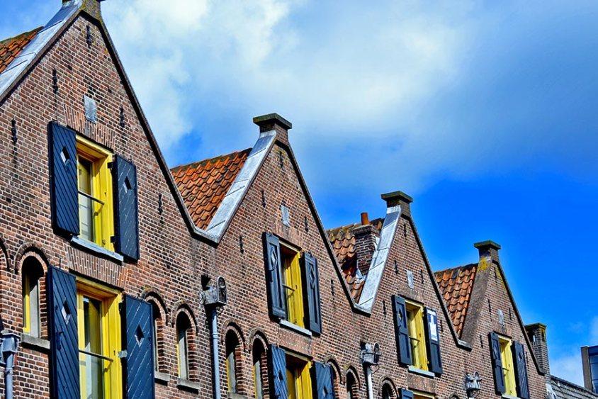 Fachadas simetría ventanas amarillas Alkmaar