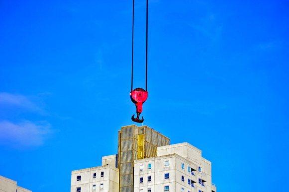Grúa gancho roja edificios mercancías puerto Rotterdam