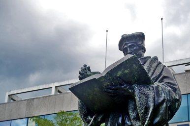 Estatua Erasmo de Rotterdam libro