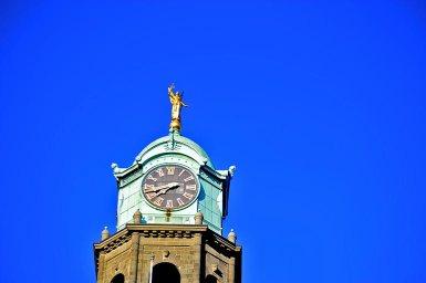 Torre reloj escultura dorada Stadhuis Ayuntamiento Rotterdam