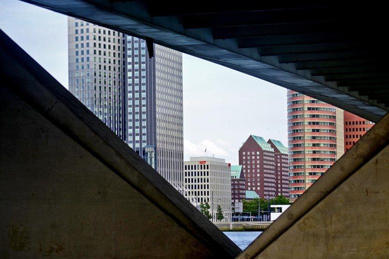 Líneas puente y edificios altos puerto Rotterdam