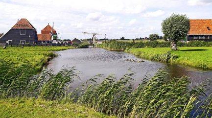Río canal casas típicas pueblo holandés Zaanse Schans Patromonio Humanidad