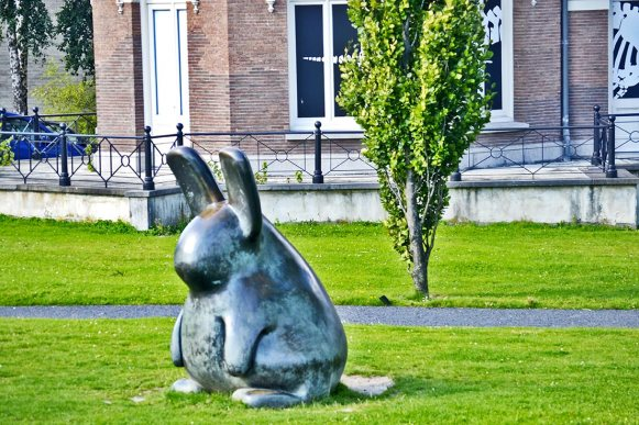 Conejo escultura museo Kunsthal Universidad Rotterdam