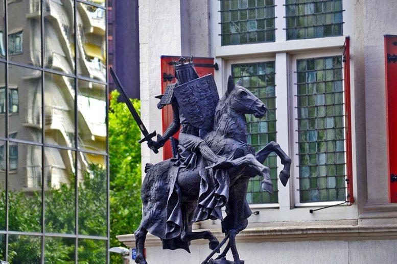 Estatua ecuestre caballero centro Rotterdam