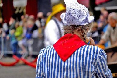Chica gorro traje típico holandés Mercado queso Alkmaar