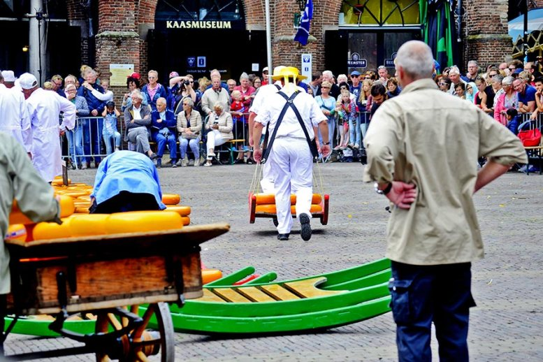 Mozos carga hombros peso quesos Plaza Mercado Alkmaar