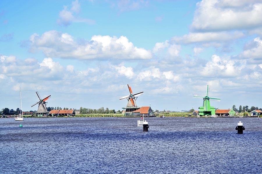 Panorámica molinos viento río Zaanse Schans