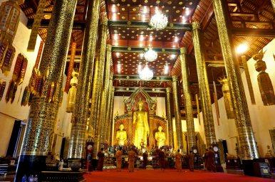 Budas rezando gran buda interior wat Chiang Mai