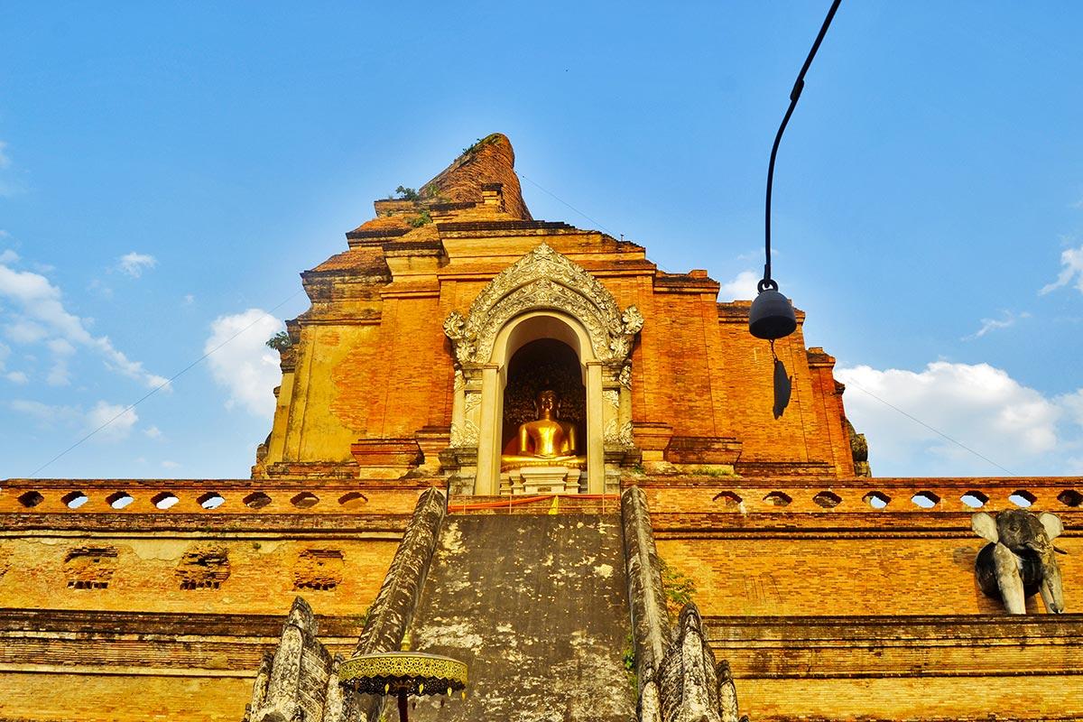 Buda montaña rota Wat Chedi Luang Chiang Mai