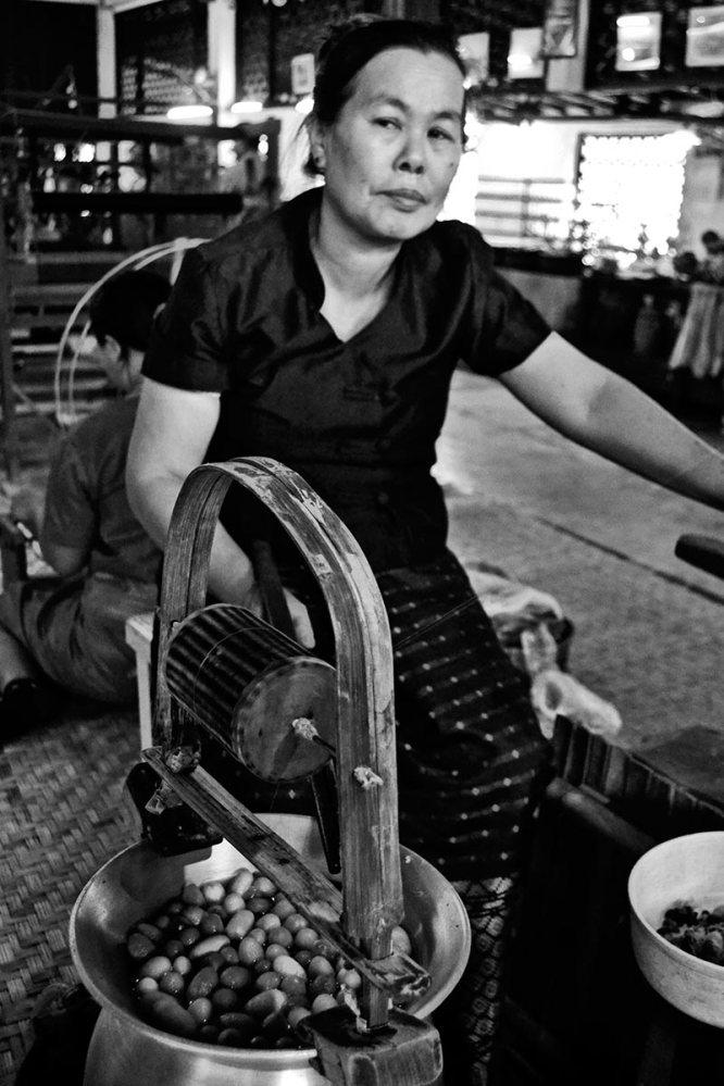 Mujer tailandesa máquina hiladora seda Chiang Mai