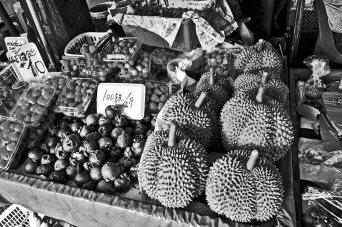 Durian mangostán frutas exóticas mercado nocturno Chiang Mai Tailandia blanco y negro