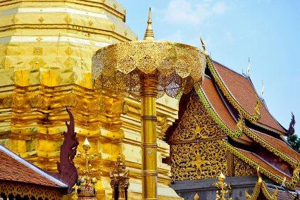 Sombrilla chedi pan oro templo Doi Suthep Chiang Mai