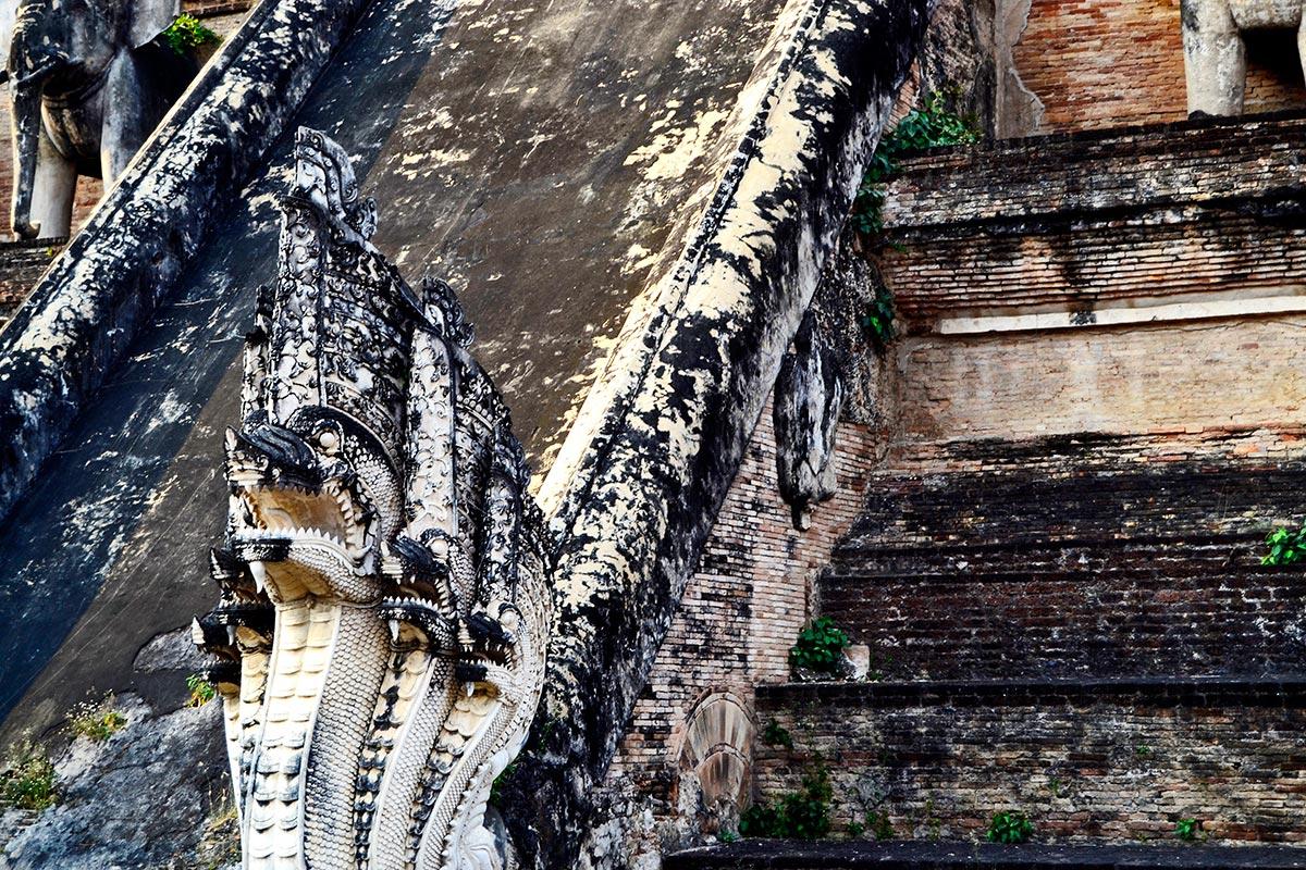 Dragón piedra escalera Wat Chedi Luang