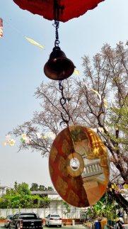 Buda reflejo cd campana templo Chiang Mai