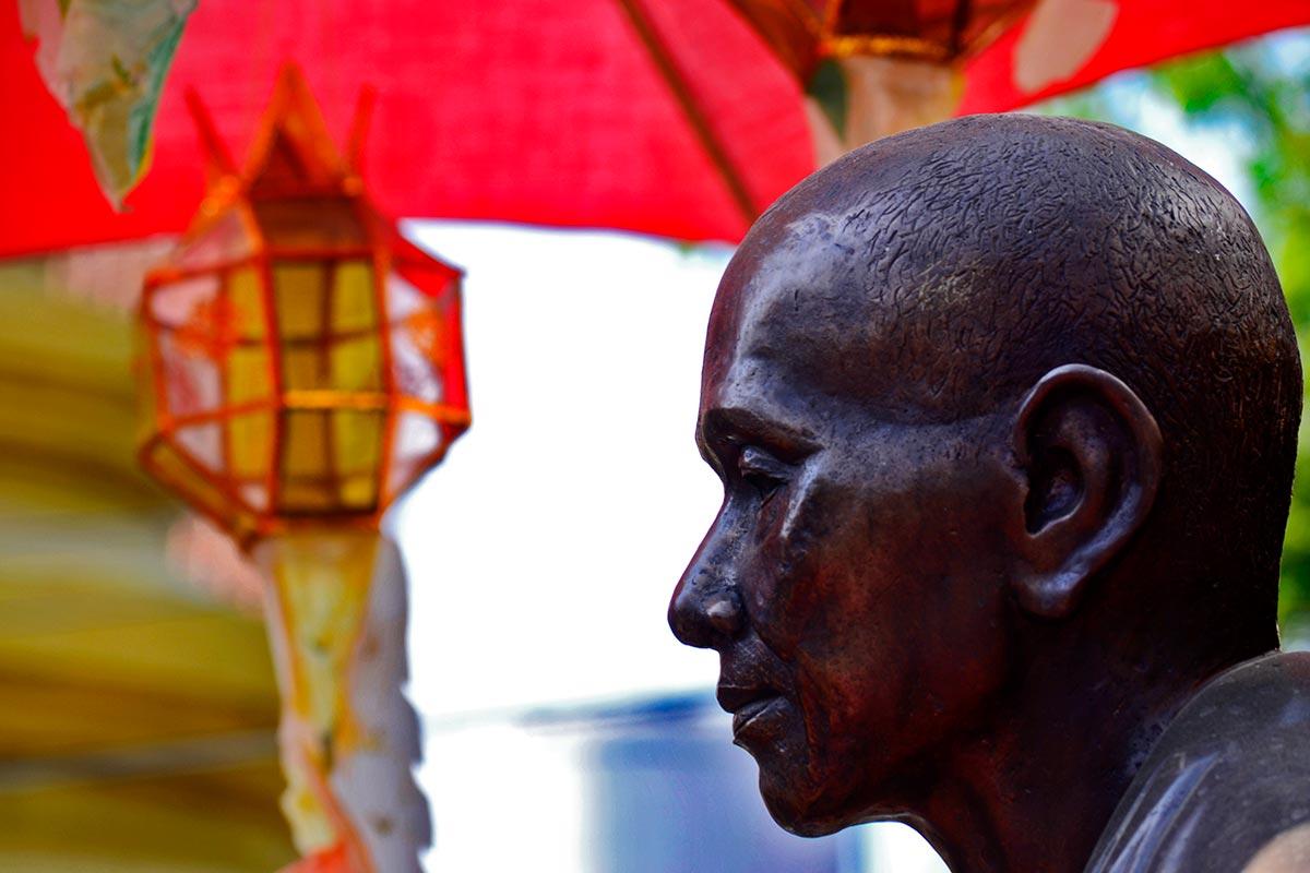 Perfil rostro buda negro Wat Phabong Chiang Mai