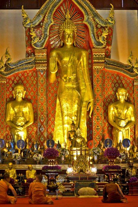Budas rezando imagen buda oro de pie wat Chiang Mai