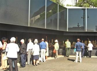 Pegerinos encendiendo velas crematorio Santuario Fátima