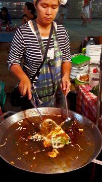 Tailandesa cocinando pad thai noche Ao Nang Krabi Tailandia