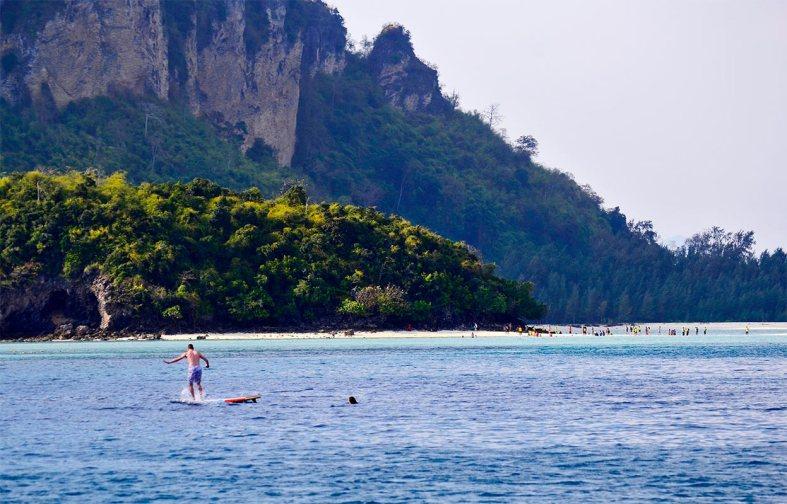 Surfista nadadora aguas Poda Island Tailandia