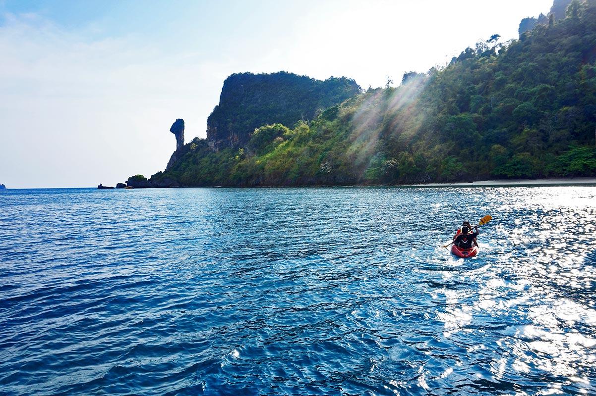 Panorámica kayak Chicken Island día soleado vegetación aguas cristalinas Golfo Tailandia
