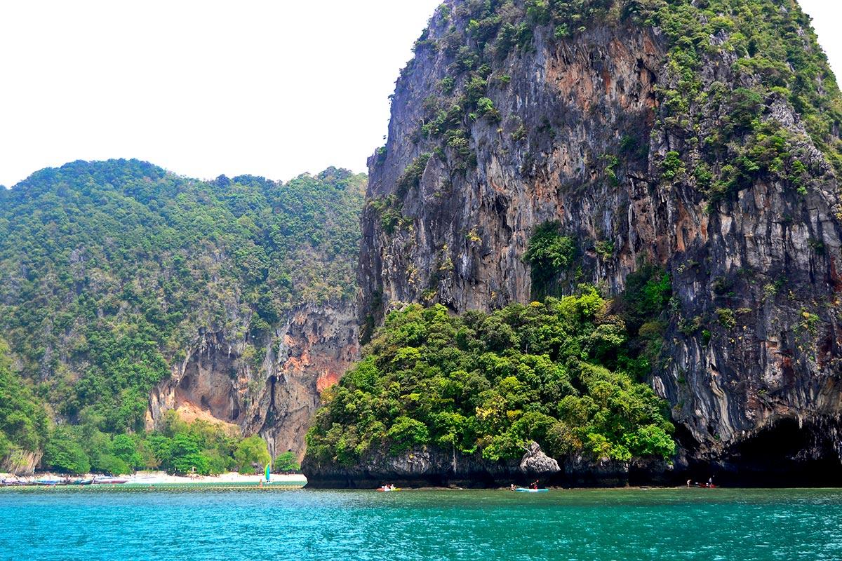 Montañas islotes rocas vegetación barcas kayak 4 Islands Tailandia