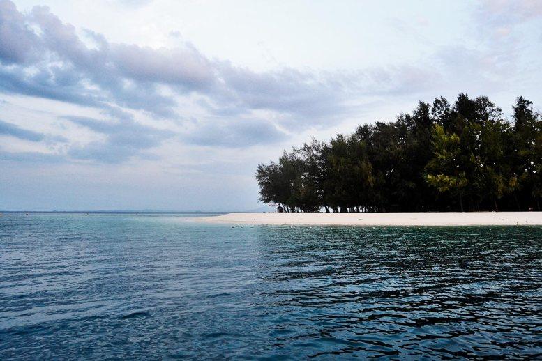 Panorámica playa arena fina solitaria isla Poda Krabi
