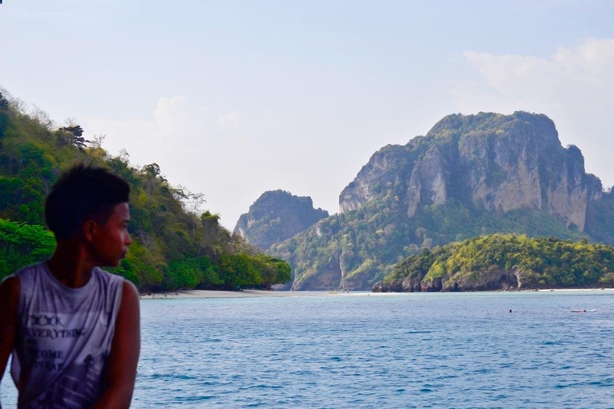 Tailandés mirando atrás aguas 4 islands Krabi
