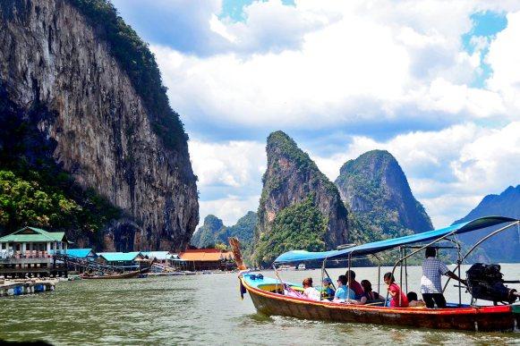 Long tail boat turistas bahía Phang Nga Tailandia