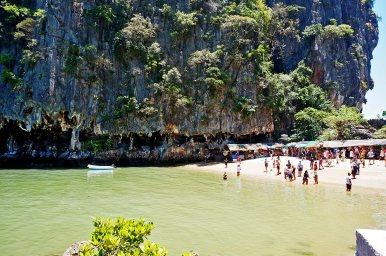 Orilla playa turistas bahía Phang Nga Tailandia