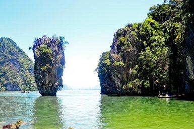 Escena piedra islote Ko Khao Phing Kan hombre pistola oro James Bond bahía Phang Nga Tailandia