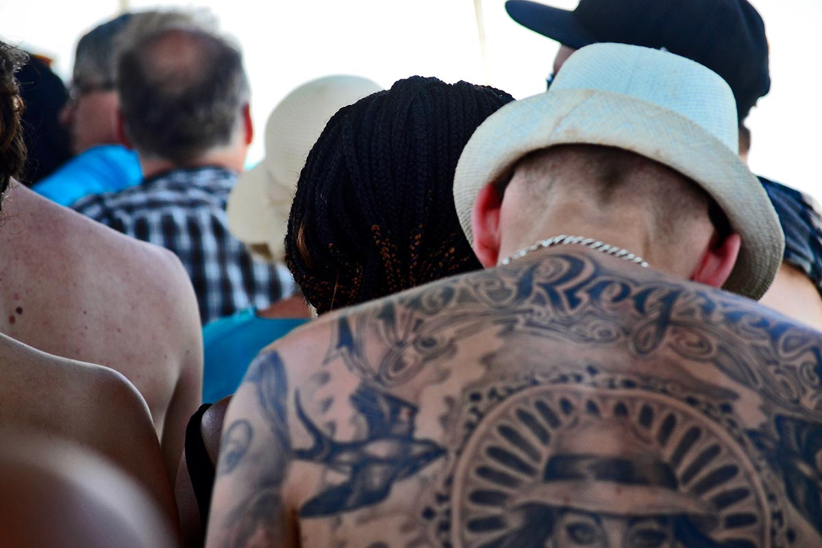 Tatuaje espalda turista británico sombrero long tail boat bahía Phang Nga Tailandia