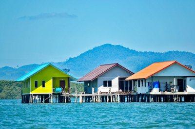 Casas colores flotantes mar Andamán bahía Phang Nga