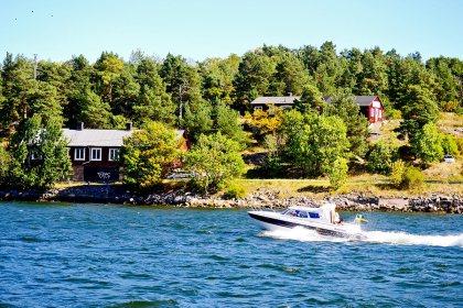 Panorámica archipiélago barco casas madera rojas Vaxholm Suecia