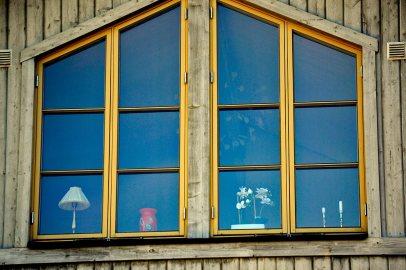 Ventana jarrón lámpara plantas decoración vivienda típica Vaxholm Suecia