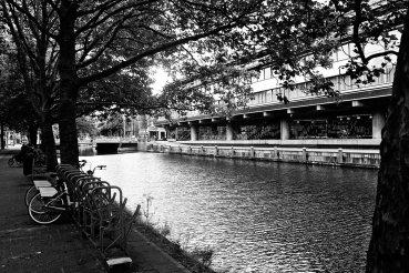 Bicicletas aparcamiento canal Amsterdam blanco y negro