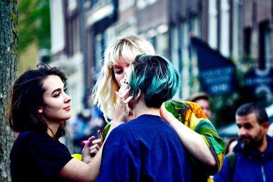 Grupo chicas pintando cara Fiesta Orgullo Gay Amsterdam 2017