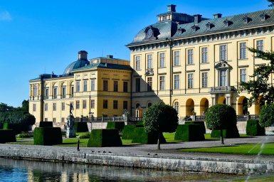 Vistas fachada principal esculturas jardín Palacio Real Drottningholm Suecia