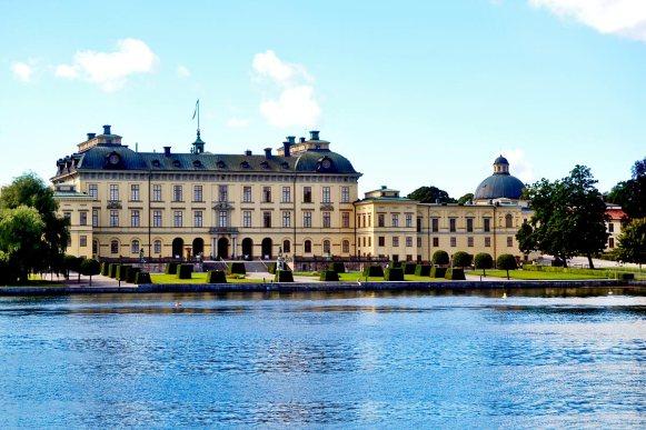 Panorámica fachada Palacio Real Drottningholm aguas archipiélago Estocolmo Suecia