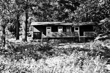 Vivienda típica madera bosques isla Grinda Suecia blanco y negro