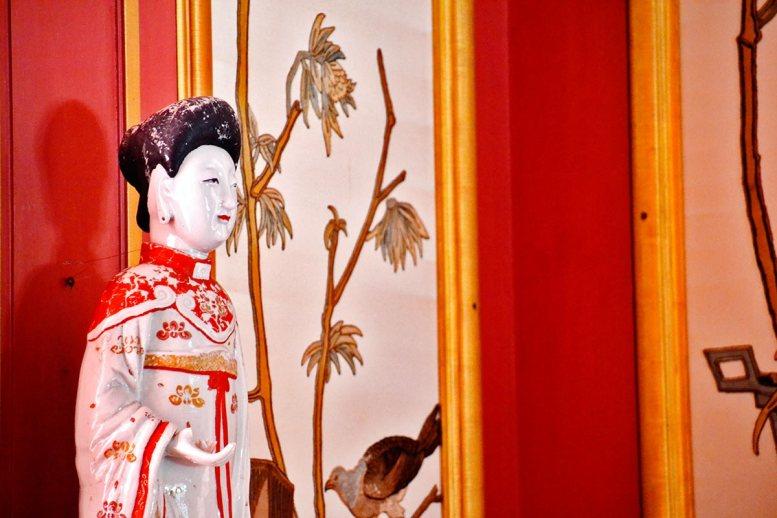 Escultura mujer porcelana china Palacio Chino Drottningholm Suecia
