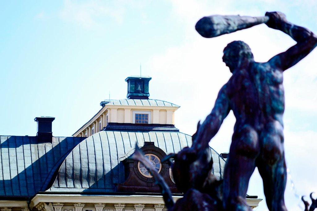 Escultura Hércules garrote espaldas tejados palacio Drottningholm Suecia
