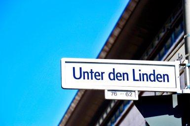 Placa calle Unter den Linden centro histórico Berlín