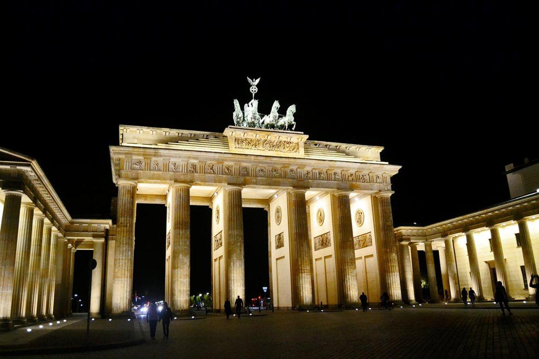 Puerta Brandeburgo iluminada noche Berlín Alemania