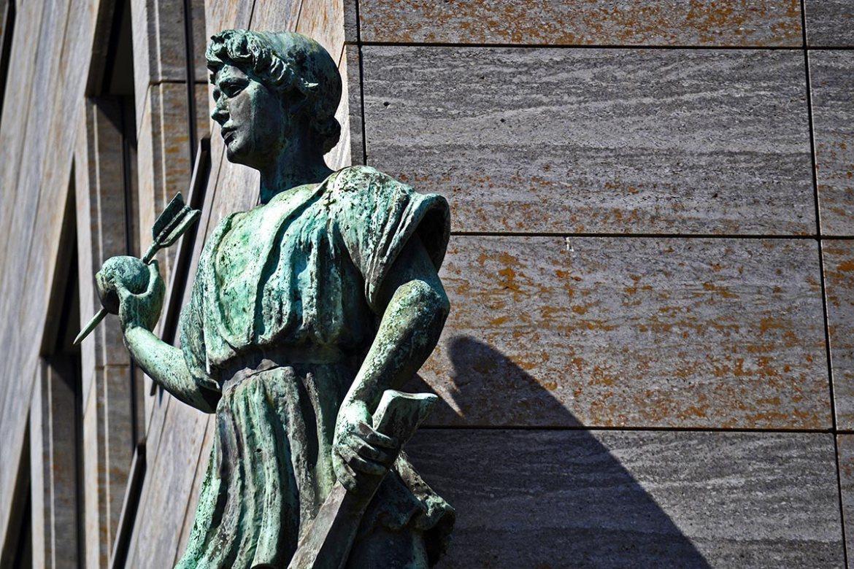 Escultura mujer manzana flecha esquina hotel Adlon Berlín