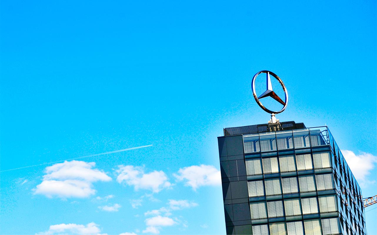 Logo insignia Mercedes Benz edificio cielo Berlín avión estela